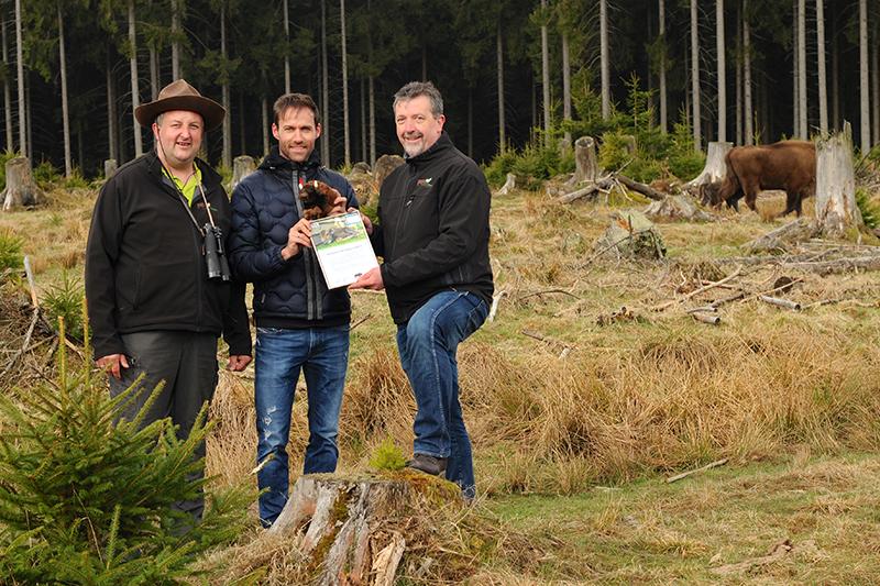 """""""Patenonkel"""" Sven Hannawald (Mitte), Ranger Jochen Born (li.) und 1. Vorsitzender des Wisent-Vereins Bernd Fuhrmann (re.) bei der Überreichung der Patenschaftsurkunde."""