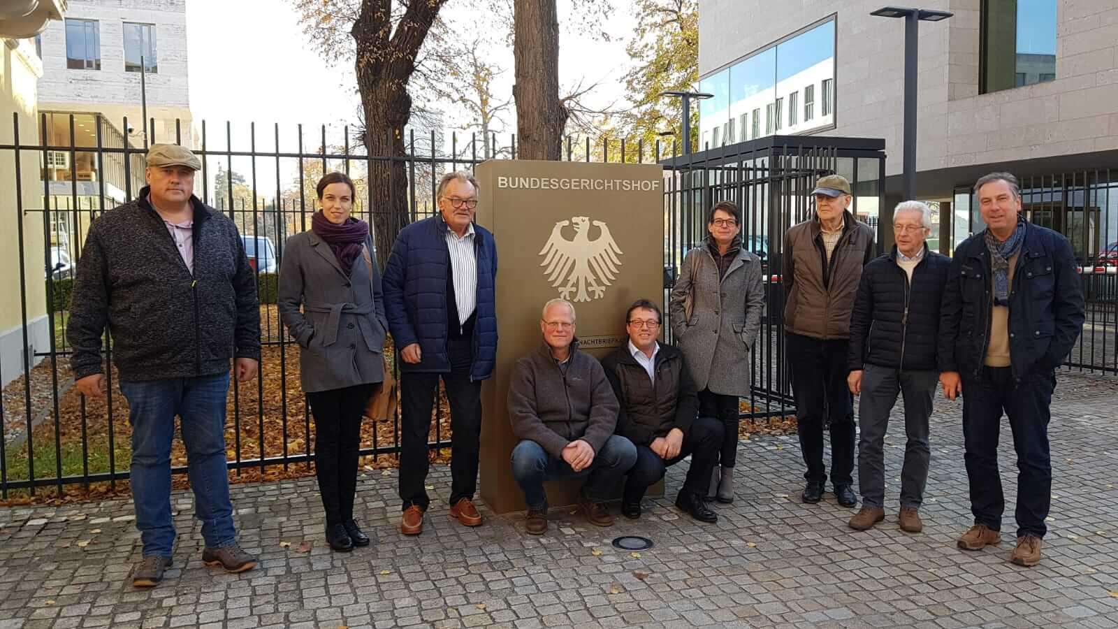 Wisentfreunde vor dem Bundesgerichtshof (BGH) in Karlsruhe.