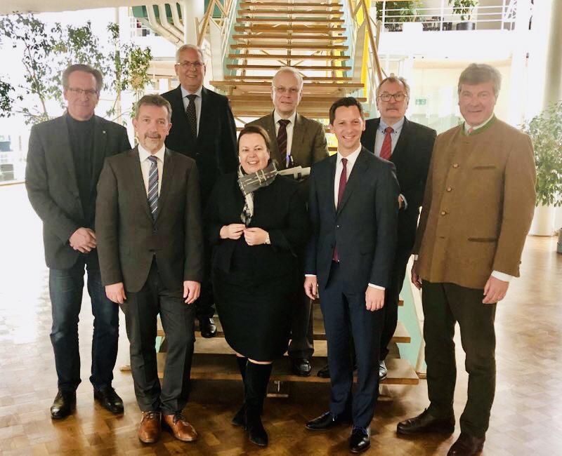 Wichtige Mitwirkende in der Koordinierungsgruppe gemeinsam mit Ministerin Ursula Heinen-Esser