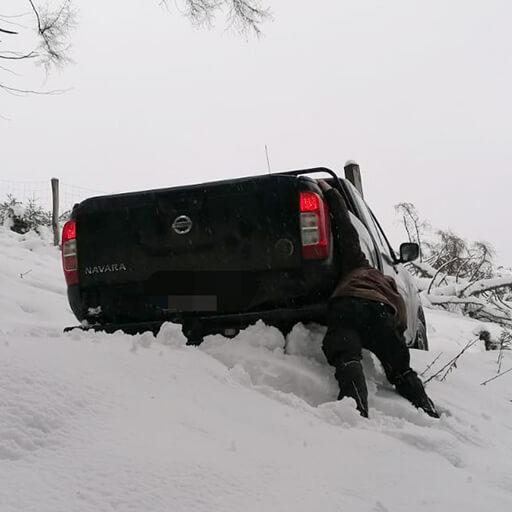 Wisent-Ranger versucht festgefahrenen Pick-up im Schnee zu befreien